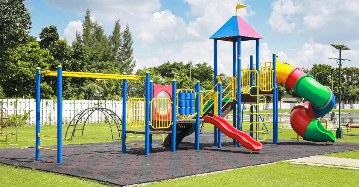 Kind Vom Klettergerüst Gefallen : 15 absurde spielplätze auf denen kein kind spielen sollte!