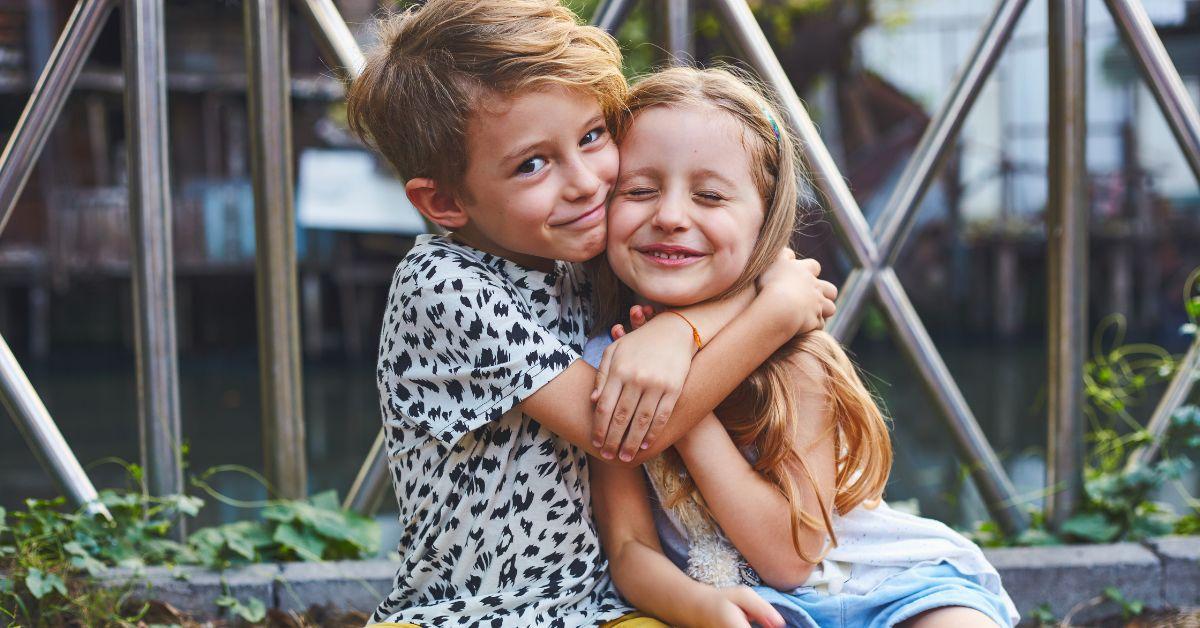 Vorher-Nachher: Diese Geschwister stellten ihre Kindheitsfotos nach!