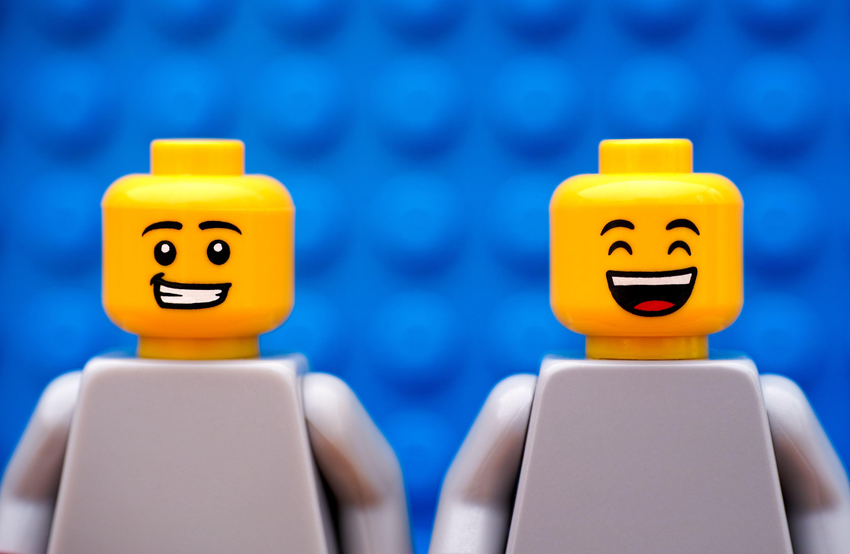 zwei lachende lego-spielfiguren