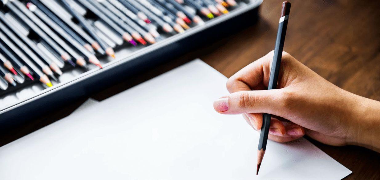 Künstlerin ordnet Figuren nach Farben