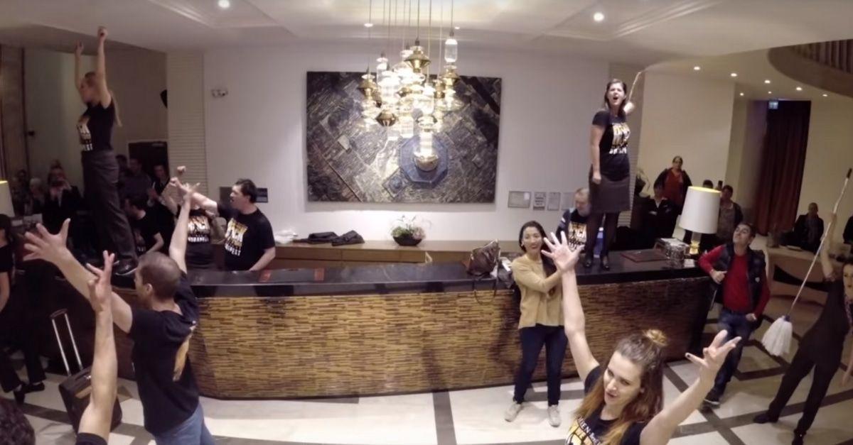 Das passiert, wenn eine Musical-Truppe einen Queen-Flashmob in einem Hotel veranstaltet.